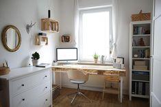 Tolle Idee fürs WG-Zimmer: Schreibtisch zum selbst bauen aus Europaletten #WG-Zimmer #Ideen #Schreibtisch #Paletten