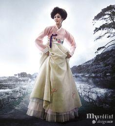 은은한 색감과 기품이 흐르는 선으로 지은 신부를 위한 한복. 현대의 아름다움을 초월하는 전통미로 시선을 빼앗는 작품 속으로.