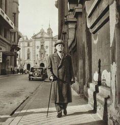 Azorín caminando solitario por la Calle Marqués de Casa-Riera, hacia 1950.