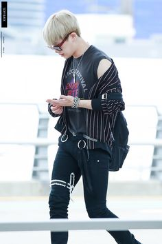 Wonho (원호) of MONSTA X (몬스타엑스) at the airport.
