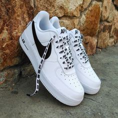 Nike Air Force 1 with black and white Nike lace Vans Shoes, Shoes Sneakers, Nike Shoe Laces, White Nike Shoes, Black Shoes, Zapatillas Nike Air Force, Sneakers Fashion, Fashion Shoes, Nike Shoes Air Force