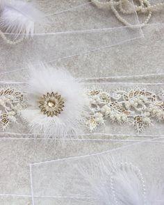 7 отметок «Нравится», 1 комментариев — Аксессуары Ручной Работы (@antonina_berezina) в Instagram: «Свадебный пояс. Выполнен на ленте из органзы, украшен асимметричным цветком из перьев, аппликацией…»