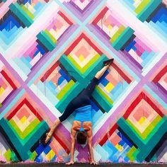 Com várias poses, a instrutora Sore Buchaman conseguiu juntar suas duas paixões: a arte de rua e o yoga.