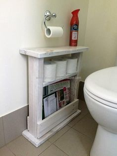 Using a wood pallet to create small bathroom storage ideas is a clever way to add character and rustic beauty to your bathroom. Pallet Crafts, Diy Pallet Projects, Home Projects, Pallet Home Decor, Wood Crafts, Pallet Decorations, Decor Crafts, Diy Crafts, Pallet Bathroom
