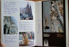 twee bladzijdes of de Sagrada de Familia met een folder erin geplakt.