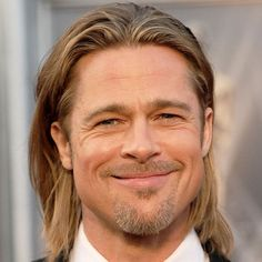 The Brad Pitt haircut has always stood for exceptional looks and cool styles. Whether Pitt long or short hair, a shaved head or crew cut, or just a nice, undercut back – he's considered. Trending Haircuts, Hairstyles Haircuts, Haircuts For Men, Brad Pitt Haarschnitt, Brad Pitt Fury Haircut, Fade Haircut Designs, Drop Fade Haircut, Styles Courts, Short Textured Hair