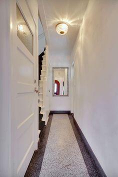 Jaren30woningen.nl | Stijlvolle hal van een jaren 30 woning met terrazzovloer