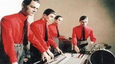 Kraftwerk - Would there be electronic music today without Kraftwerk? And it would suck. 80s Music, Music Film, Music Albums, Recital, Music Covers, Album Covers, Trance, Florian Schneider, Tv Movie