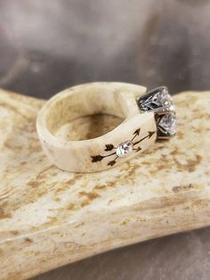 Men's Wood Wedding Ring with Antler Inlays on Gold - Staghead Designs - Fine Jewelry Ideas Deer Antler Jewelry, Deer Antler Crafts, Deer Antler Ring, Antler Art, Deer Antlers, Hunting Crafts, Elk Ivory, Mother Jewelry, Custom Jewelry