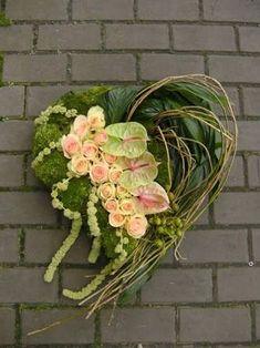 Resultado de imagen para aspidistrablad vouwen Funeral Floral Arrangements, Flower Arrangements, Sympathy Flowers, Heart Wreath, Funeral Flowers, Floral Centerpieces, Grapevine Wreath, Grape Vines, Flower Designs