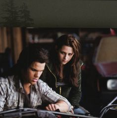 new+moon+twilight+Bella+and+Jacob | New Jacob & Bella still from New Moon