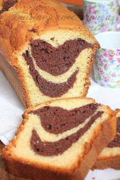 A cake with yoghurt and marbled chocolate fluffy. The real recipe using the yoghurt pot as a measuring tool. A gourmet chocolate vanilla duet Source Köstliche Desserts, Delicious Desserts, Chocolate Yogurt Cake, Sweet Recipes, Cake Recipes, Morrocan Food, Cake Factory, Food Cakes, Recipe Using