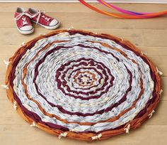 Weave a rug using a hula hoop and some old bed sheets! A fun weaving craft for kids. Loom Weaving, Hand Weaving, Hula Hoop Rug, Old Bed Sheets, Weaving For Kids, Weaving Projects, Fibres, Floor Decor, Fun Crafts For Kids