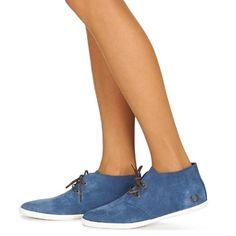 Deze hoge sneaker van Fred Perry is comfortabel en trendy tegelijk. De leren en textielen schacht in de kleur blauw geeft dit model een sportieve en heel eigentijdse look. De binnenvoering van textiel en de buitenzool van rubber zijn ook grote voordelen.   Dit halfhoge model is een urban sneaker bij uitstek! - Kleur : Blauw / Chocolade - Schoenen Dames € 63,00