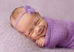 Fotógrafa tira fotos de recém-nascidos dormindo e sorrindo