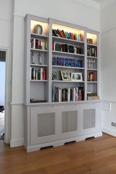 Как превратить батарею в предмет мебели? Очень просто — спрятать её в шкаф. Такой же фокус можно проделать и с комодом, и с тумбочкой, кому как больше нравится. Следует обратить внимание на дверку, которая позволяет легко добраться до радиатора в случае необходимости.