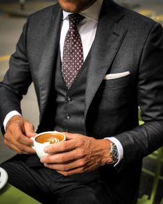 10 Common Men's Style Mistakes to Avoid Gentleman Mode, Gentleman Style, Mens Fashion Suits, Mens Suits, Fashion Shirts, Photo Pour Instagram, Suit Combinations, Classy Suits, Mode Costume
