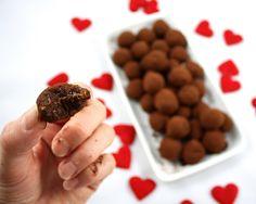 FIKENKULER: 300 g tørka fiken, 100 g mørk sjokolade + 50 g rosiner - kjør i mikser, trill kuler, rull i kakao. #snop #candy #godteri #healthy #sunn