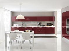 cucina moderna in finitura bordeaux lucido con maniglia a conchiglia satinata