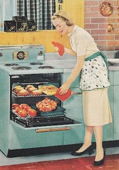 Retro How to be a perfect fifties housewife: In the kitchen - A lighthearted look back at the housewife during the sunny days of yesteryear, when a woman's home was her castle -- and her kitchen was the heart of that home. Vintage Humor, Vintage Ads, Vintage Posters, Vintage Pink, Retro Humour, Vintage Cameras, 1950s Housewife, Vintage Housewife, Vintage Cooking