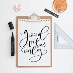 ....ab ins Wochenende! 🥳🙌 #googdvibes #weekendvibes #helloweekend #lettering #letteringlove #handwriting #digitallettering #moderncalligraphy Freebies, Lettering, Flask, Templates, Pictures, Deco, Simple, Drawing Letters, Brush Lettering