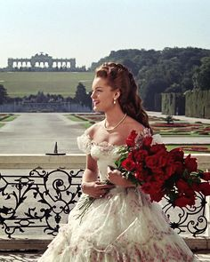 Romy Schneider - Sissi Trilogie (Schonbrunn) Romy fantastique, divine, radieuse, impériale avec cette sublime brassée de roses rouges ...