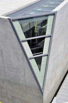 Окно - оригинальная деталь в архитектуре