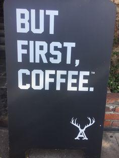 Da série: a primeira coisa que faço ao abrir os olhos todas as manhãs: Preciso de um café mesmo antes de dar bom dia ao universo! ☕️