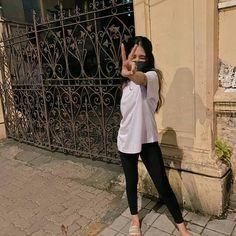 Cute Girl Poses, Cute Girls, Girl Hijab, Hijab Dp, Cute Selfies Poses, Teen Photography Poses, Dps For Girls, Stylish Photo Pose, Bride Poses