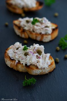Thunfisch-Crostini Knusprige Crostini sind eine italienische Vo… Tuna crostini Crispy crostini is an Italian starter, which is ideal for an aperitif. Thinly sliced bread (ciabatta or country bread) is sprinkled with olive oil and baked in the oven or… Ciabatta, Easy Smoothie Recipes, Easy Smoothies, Snacks Für Party, Appetizers For Party, Simple Appetizers, Seafood Appetizers, Cheese Appetizers, Crostini