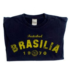 DETAILS Brand: Gildani Name: Brasilia 1970 futebol world cup Size: medium Year: 1999 Condition: Excellent Graphics. Retro 1970 World Cup football Vintage: yes Colours: dark blue and yellow Fabric: …