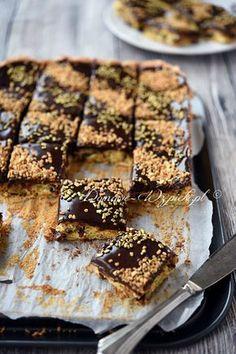 Mazurek cygański to lekkie ciasto biszkoptowe z dodatkiem bakalii. Pieczony jest bez dodatku mąki. Zawiera tylko mały dodatek skrobi ziemniaczanej....