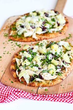 A lunch-friendly pizza that won't weigh you down is a whole-wheat naan pizza with pesto, artichokes, and chicken. Get the recipe: chicken pesto artichoke naan Pizza Pesto, Pasta Pizza, Flatbread Pizza, Prosciutto Pizza, Nann Bread Pizza, Grilled Flatbread, Flatbread Recipes, Healthy Pizza Recipes, Dinner Recipes Easy Quick
