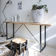 Industrieel, maar tegelijkertijd ook een elegante sidetable, gemaakt van een fijn stalen onderstel met een mooie eikenhouten plank.