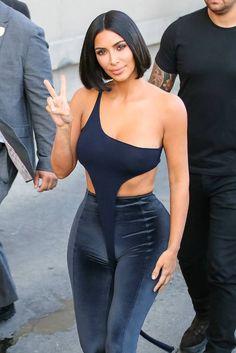 Kim Kardashian, Eva Longoria et David Beckham. Kim Kardashian Hot, Kim Kardashian Haircut, Kardashian Jenner, Kim Kardashian Swimsuit, Robert Kardashian, David Beckham, Trajes Kylie Jenner, Black Velvet Leggings, Eva Longoria