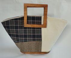 四角い持ち手と底に木を使っているマルシェ型バッグです。底に付いている、まんまるの木のボールがポイント。わざわざ底裏を見せて歩きたくなります。表地はアイボリーの...|ハンドメイド、手作り、手仕事品の通販・販売・購入ならCreema。