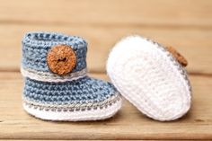 Crochet Baby Booties Denim Blue White and Grey por Raspberriez