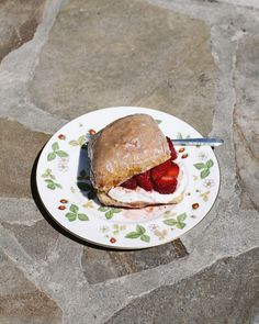 Doughnuts meet strawberry shortcake in this delicious dessert - The Globe and Mail Yummy Treats, Delicious Desserts, Strawberry Shortcake, Other Recipes, Doughnuts, Wine Recipes, Hamburger, Globe, Bakery