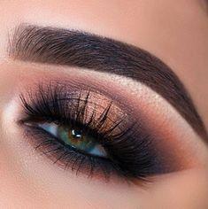 y pelo lacio, in bed, makeup for beginners how to apply, makeup looks sleek ma Hooded Eye Makeup, Cat Eye Makeup, Sexy Makeup, Eye Makeup Tips, Makeup Goals, Gorgeous Makeup, Makeup Inspo, Eyeshadow Makeup, Makeup Inspiration