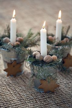 These home-made candle holders can be an eye-catcher of the Christmas table.