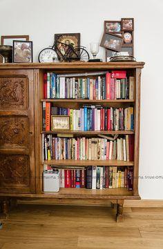 Komoda, regał na książki, meble z drewna, czytelnia, domowa biblioteka. Zobacz więcej na: https://www.homify.pl/katalogi-inspiracji/25523/mieszkanie-z-chlopakiem-10-rzeczy-na-ktore-nalezy-sie-przygotowac