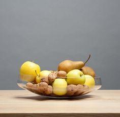 Schale weissglas mundgeblasen | Nikolas Kerl | Je nach Füllung neigt sich das Gefäss in einen anderen Winkel #living #glass #bowl #swissmade Pear, House Design, Fruit, Food, Dekoration, Homes, Eten, Pears