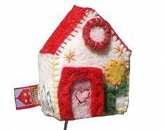 Muziekdoosje in de vorm van een huisje met rood dak. Van vilt en handgemaakt, leuk als kraamcadeautje! /musicbox house made from felt