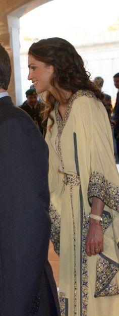 Queen Rania of Jordan in a chic kaftan Arab Fashion, Muslim Fashion, Modest Fashion, Fashion Beauty, Jackie Kennedy, Moda India, Grace Kelly, Queen Rania, Moroccan Caftan