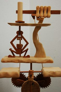 さて、皆さんに問題です。 この木のおもちゃの題名は一体何でしょ~か?  答えは・・・「出る杭は打たれる」という、ことわざからアイディアを得たおもち...