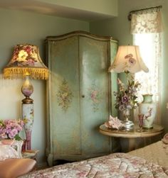 painted armoire in romantic bedroom Shabby Chic Mode, Shabby Chic Cottage, Vintage Shabby Chic, Shabby Chic Style, Shabby Chic Decor, Vintage Decor, Bedroom Vintage, Vintage Lamps, Style At Home