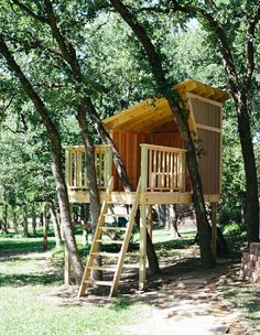 The treehouse in our backyard is almost complete. The only remaining step is to paint the house to match our house and backyard shed. We started the treehouse Tree House Deck, Simple Tree House, Tree House Plans, Diy Tree House, Beautiful Tree Houses, Cool Tree Houses For Kids, Kids Tree Forts, Building A Treehouse, Treehouse Ideas