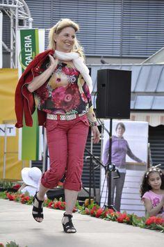 Outfit Nr. 2 präsentierte Daniela Eitrich. Alle #Rot-Nunancen sind in dieser Kombination enthalten. Von Leicht zartem #Rosa in der Bluse bis #Dunkelrot in der Jacke. Die weitgeschnittenene Bluse im aktuellen Blumen-Print unterstreicht Ihre Weiblichkeit. Vorteilhafter für Sie wäre ein passender roter Gürtel, dies würde die Beine optisch verlängern. #Reutlingen #LadiesDay #Shopping #Lady #Mode #Fashion #Style #Flowerprint