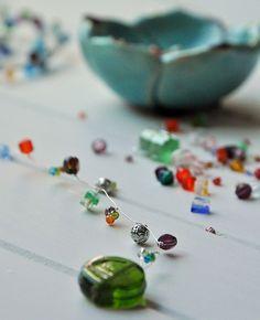 Blumenstecker aus Draht und Perlen selber machen - Smillas Wohngefühl Yard Art, Diy And Crafts, Upcycle, Beads, Diy Blog, Dream Catchers, Amelie, Bunt, Wire
