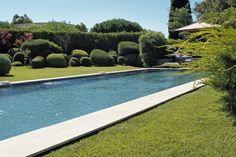 Jardin zen pour piscine de rêve  À deux pas de la Méditerranée et de son doux balancement, ce jardin ondoie avec la même délicatesse.  Sa création est le fruit d'une étroite collaboration entre le propriétaire et le paysagiste qui ont toujours été sur la même longueur d'onde…